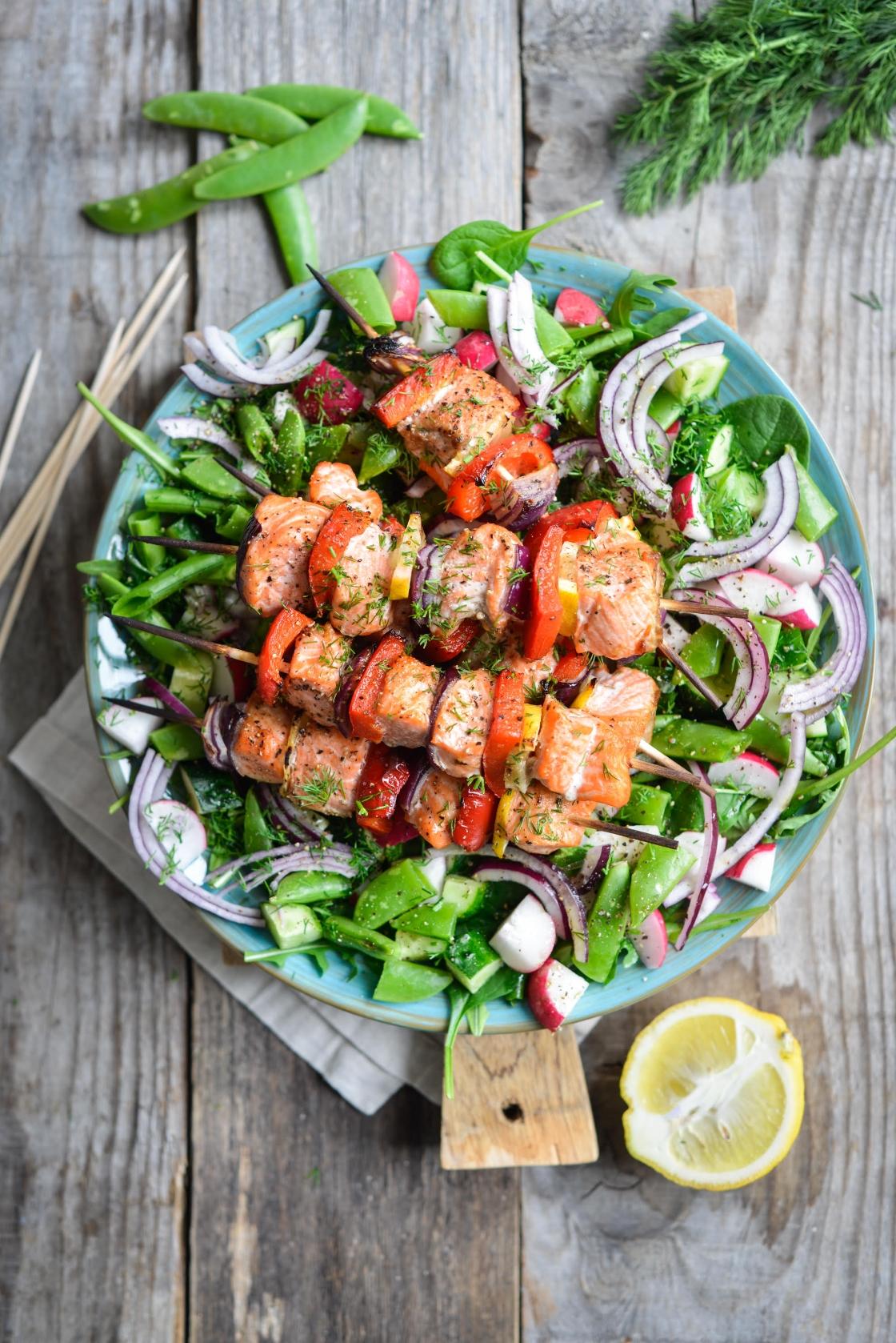 Grillitud kalavardad krõmpsuva värske salatiga