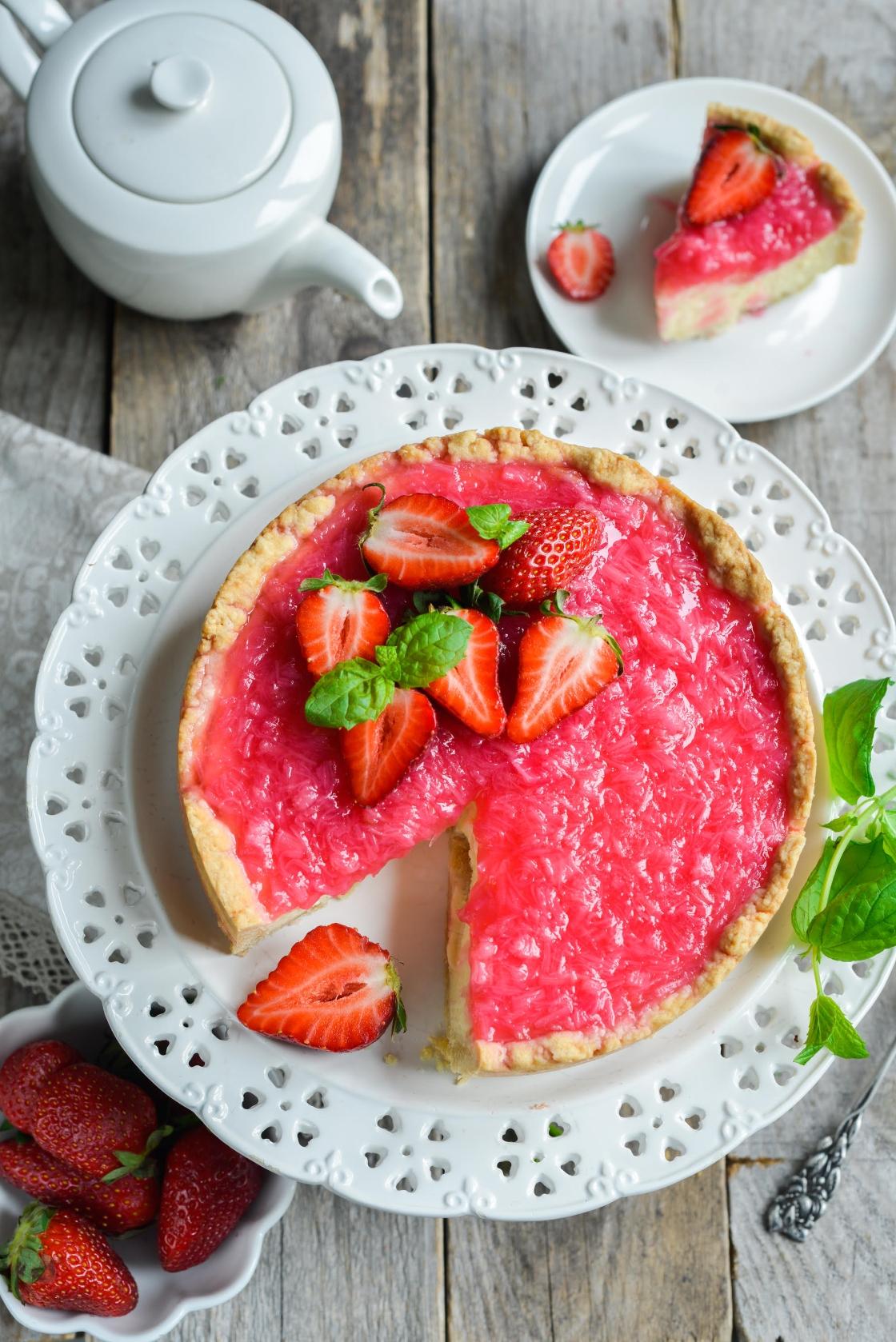 Juustukook rabarberi ja maasikatega