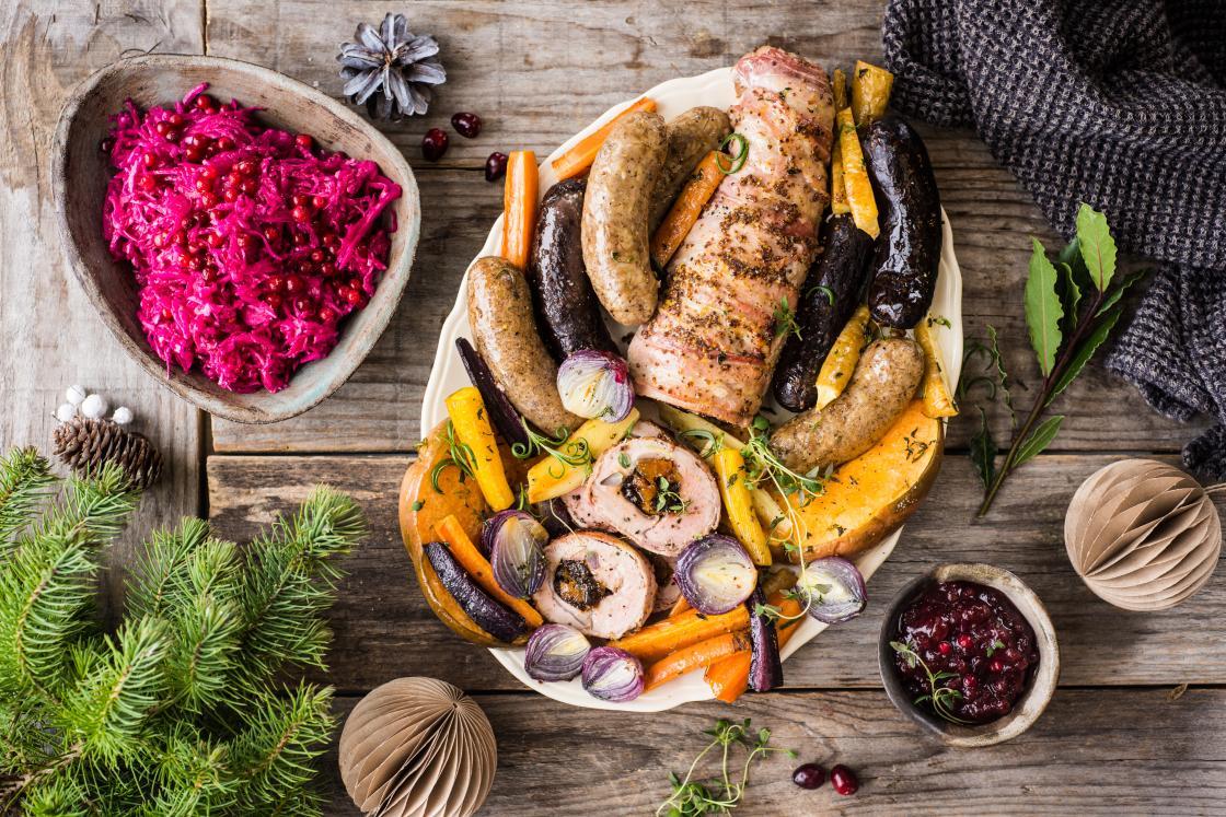 Jõulupraad täidetud seafilee, vorstide ja ahjujuurikatega