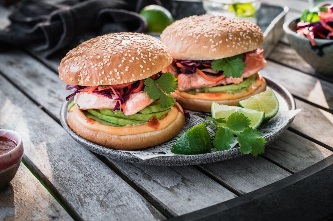 Retsept: lõheburger kapsa-porgandisalati, avokaado ja srirachakastmega - Peetri Lõheäri