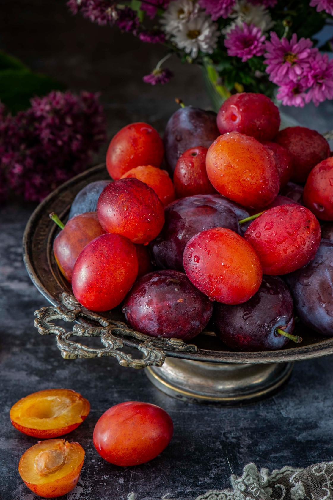 Ploomikook sarapuupähklite ja kuivatatud jõhvikatega